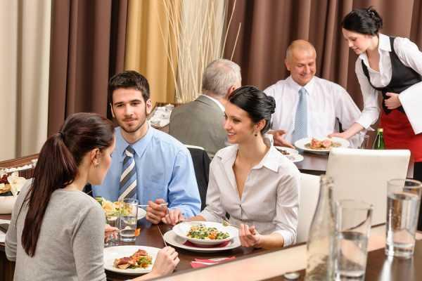 Люди едят в ресторане