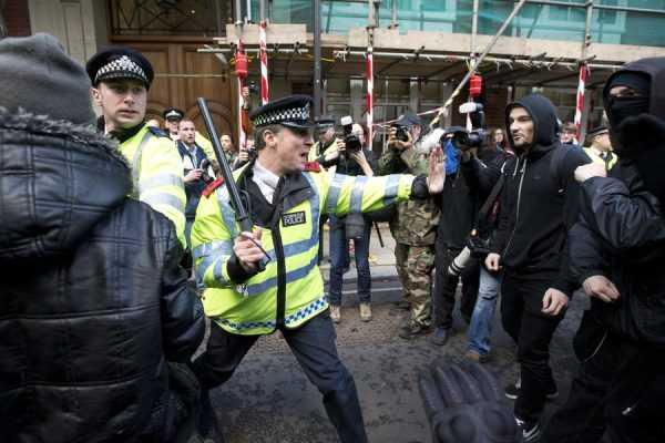 Полиция и демонстранты