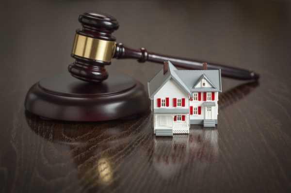 Судейский молоток и маленький домик