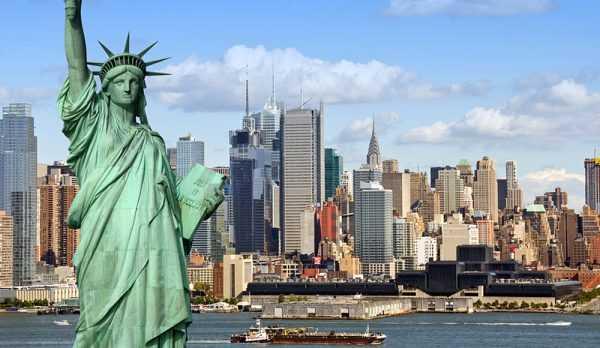Статуя Свободы на фоне Нью-Йорка