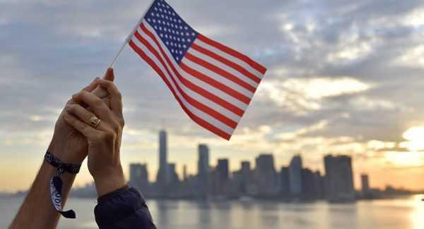Флаг США в руках
