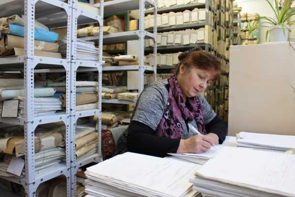 Пишущая женщина в архиве
