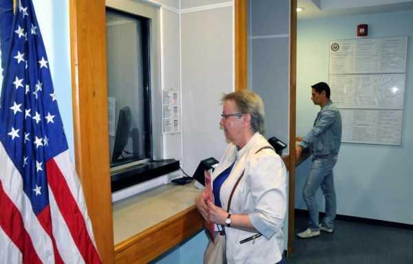 Посетительница в посольстве США