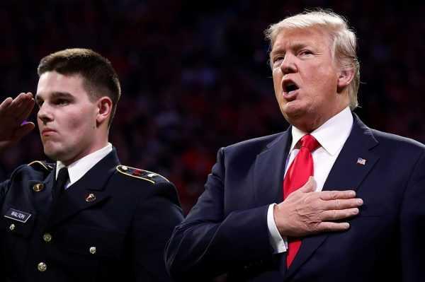 Дональд Трамп и офицер