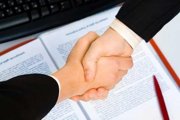Рукопожатие над документами