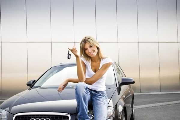 Женщина на машине с ключами
