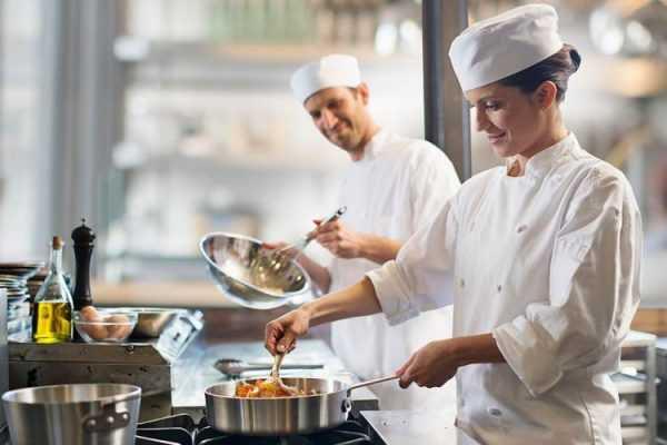 Люди готовят еду