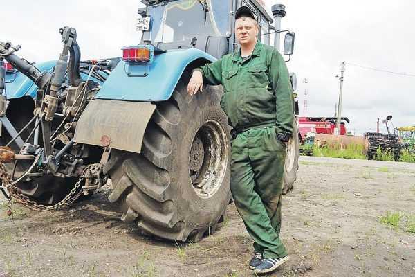 Тракторист возле трактора