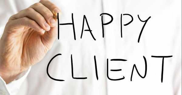Надпись «happy client» маркером на стекле