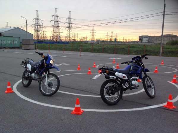 Мотоциклы на специальной площадке для вождения
