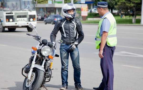Мотоциклист и инспектор ГИБДД