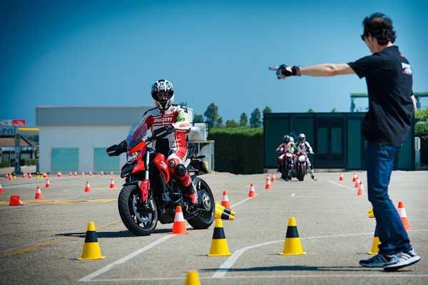 Человек на мотоцикле и инструктор