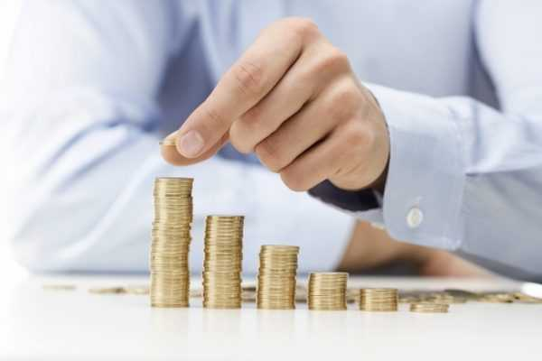 Мужчина складывает монеты столбиком