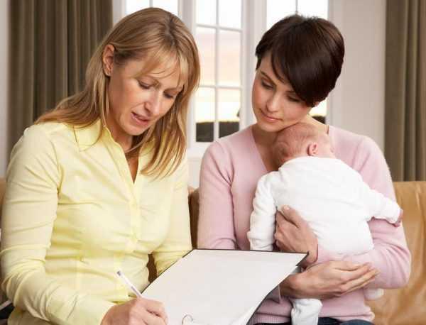Бухгалтер и женщина с ребёнком