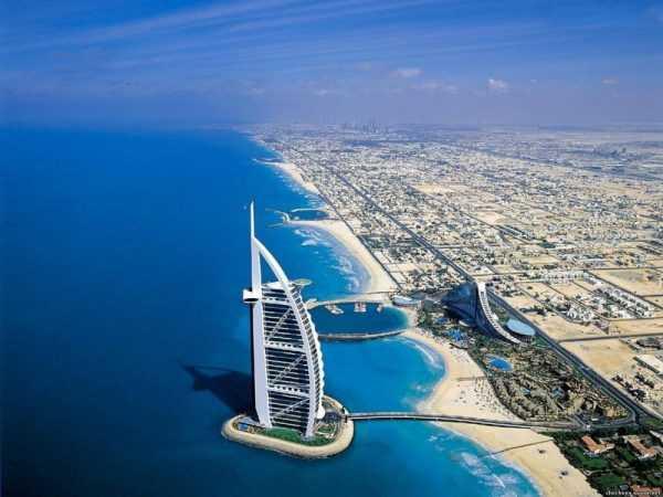 Вид на отель «Бурдж-эль-Араб» с высоты птичьего полёта