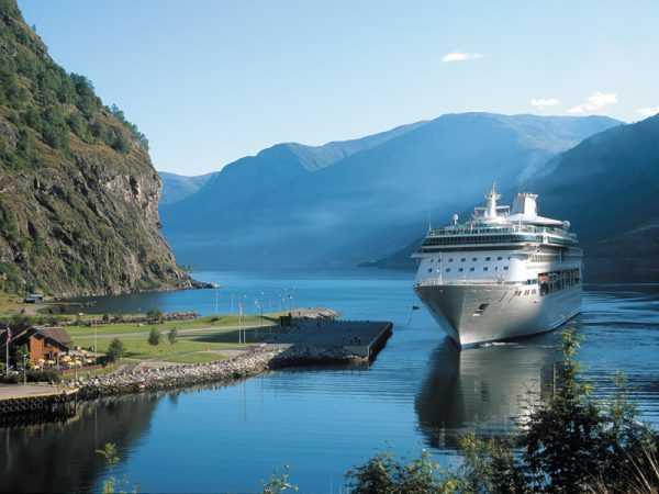 Один из фьордов Норвегии и пассажирский лайнер