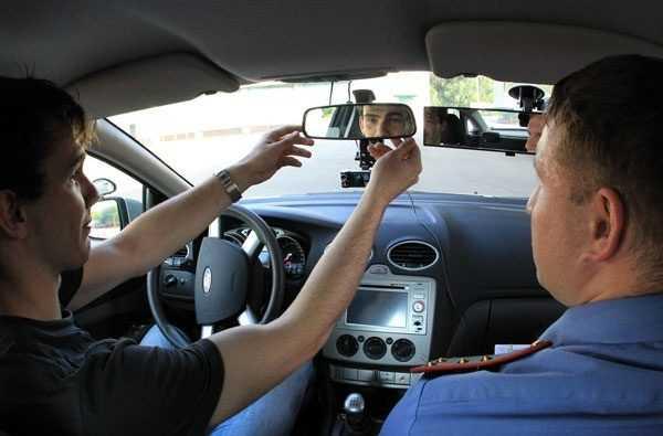 Кандидат в водители сдаёт экзамен инспектору ГИБДД