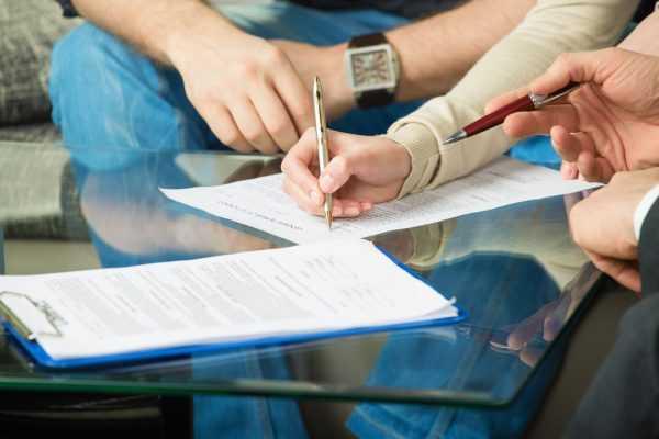Женщина подписывает