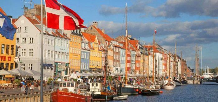 Датский флаг на фоне Копенгагена