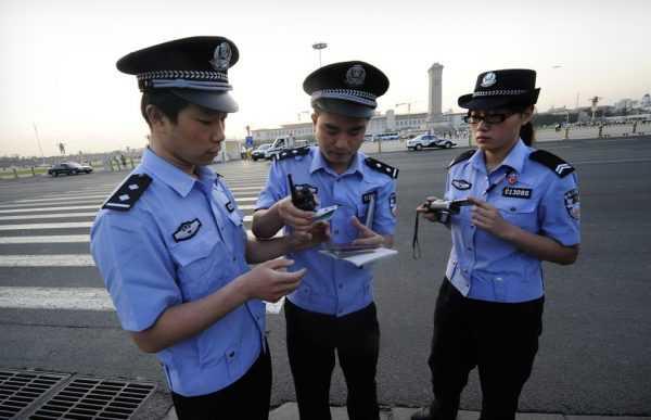 Китайская полиция проверяет документы