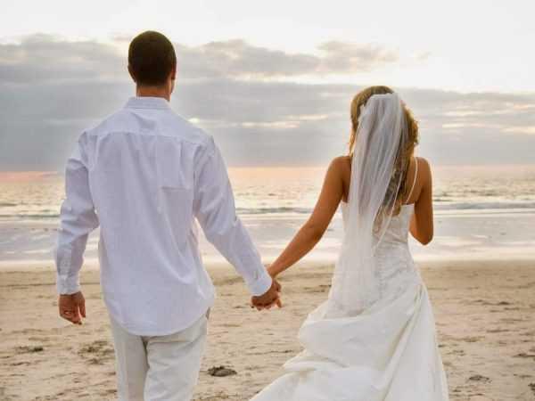 Пара на берегу океана