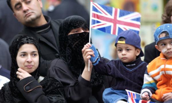 Мусульманская семья с флагом Великобритании