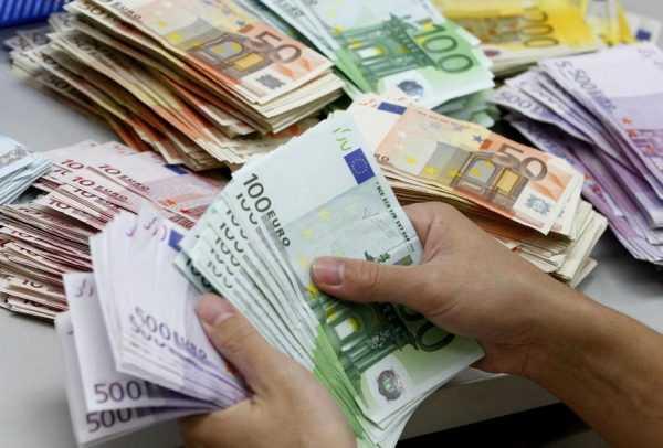 Человек считает евро