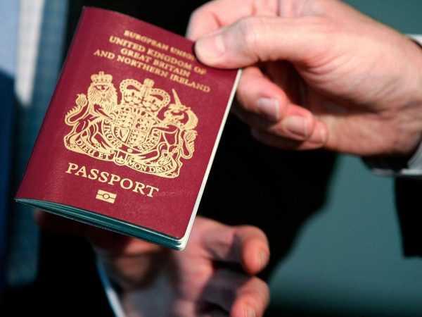 Паспорт Великобритании в руке