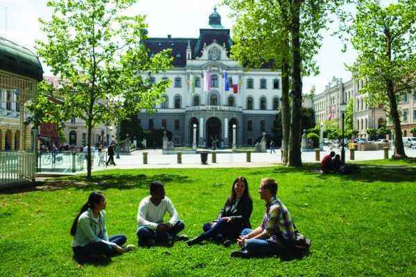 Студенты на газоне перед университетом Любляны