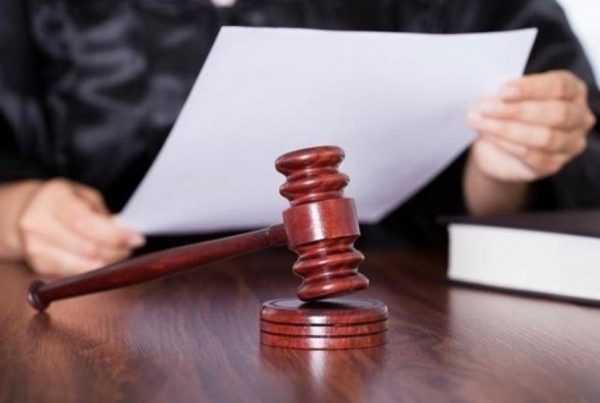 Судья читает документ