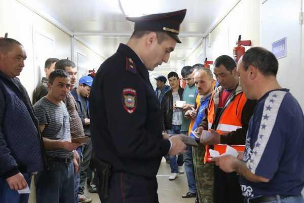 Проверка документов у мигрантов полицией