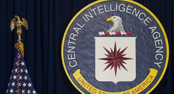Американский флаг и эмблема ЦРУ
