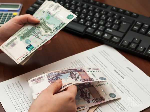 Крупным планом денежные купюры в женских руках