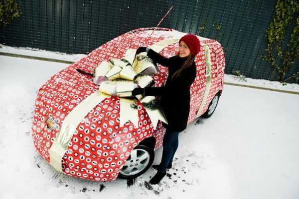 Девушка получила машину в подарок