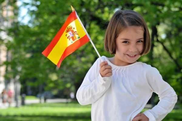 Девочка с флагом Испании