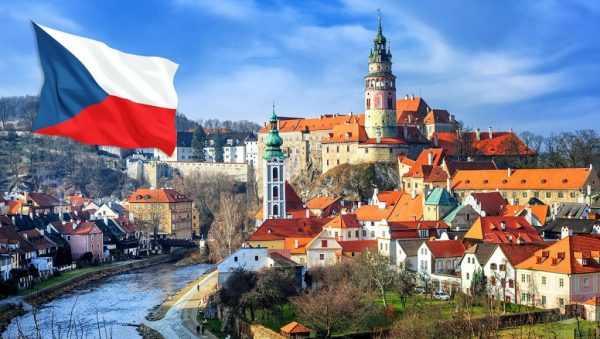 Чешский флаг на фоне старого города