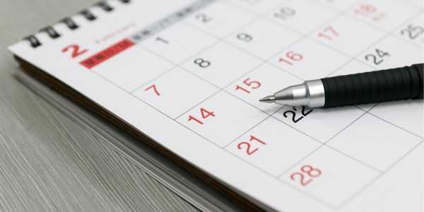 Календарь и ручка на столе