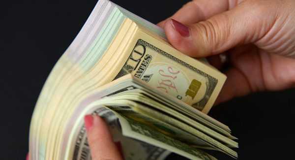 Евро и доллары в руках