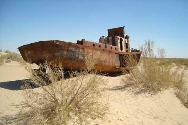 Ржавый катер на песке бывшего Арала