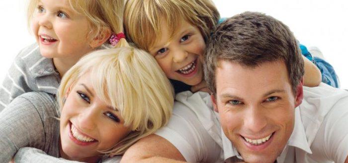 Молодая семья с двумя детьми
