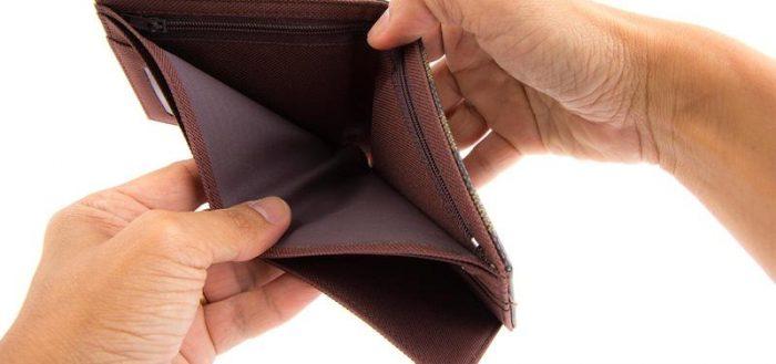 Пустой кошелёк в мужских руках