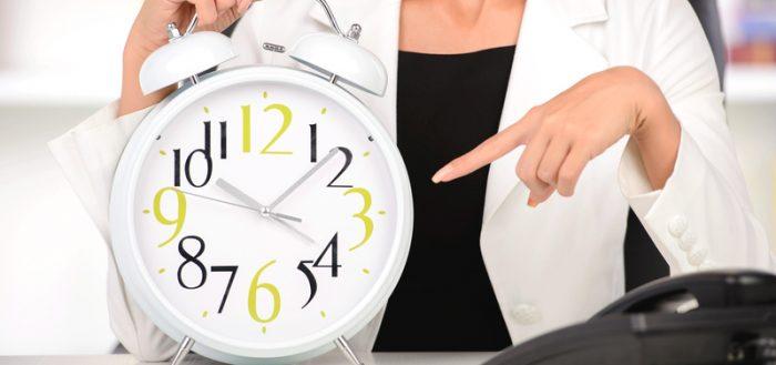 Женщина указывает пальцем на часы