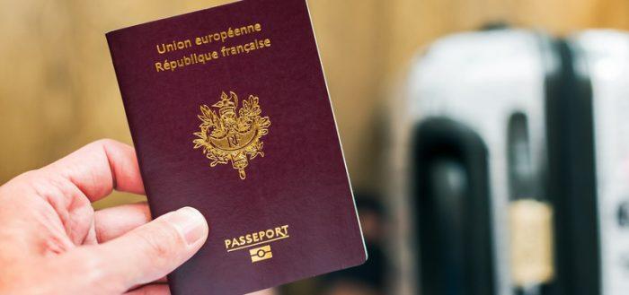 Паспорт ЕС в руке