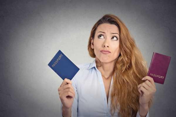 Женщина с двумя паспортами в раздумье