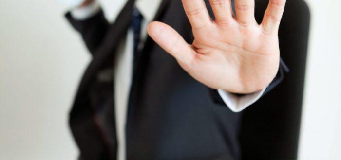 Крупным планом вытянутая рука мужчины