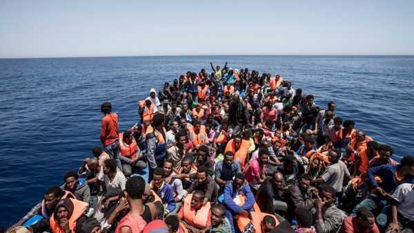 Лодка с мигрантами в Средиземном море