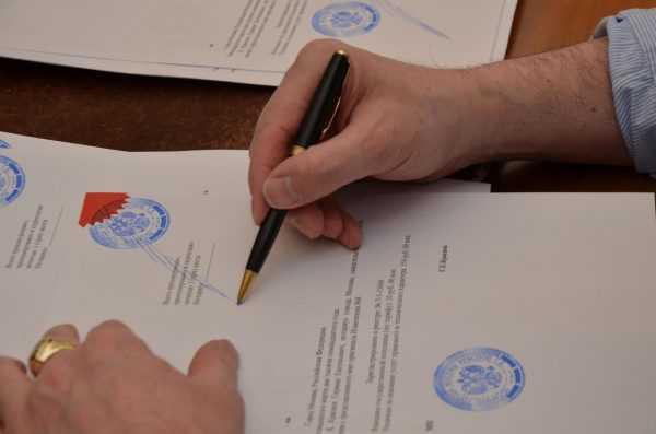 Нотариус ставит подпись