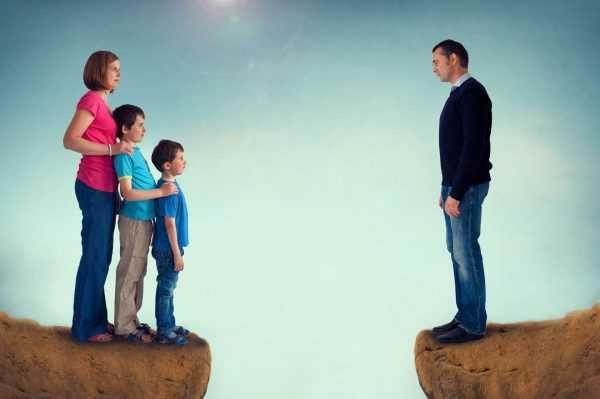 Женщина с детьми и мужчина на краях обрыва