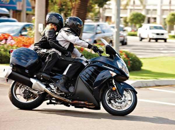 Мотоциклист с пассажиром