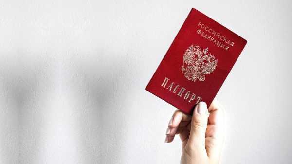 Российский внутренний паспорт в руке